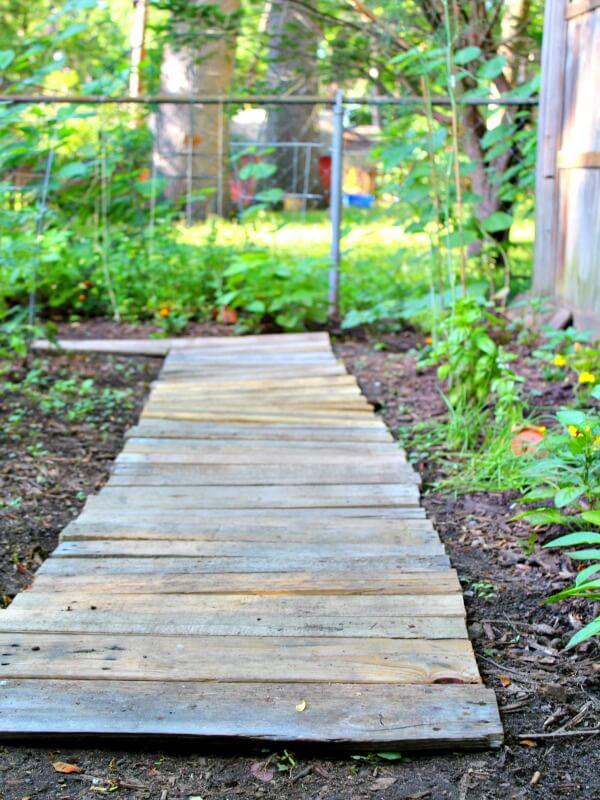 DIY Wood Pallet Garden Walkway