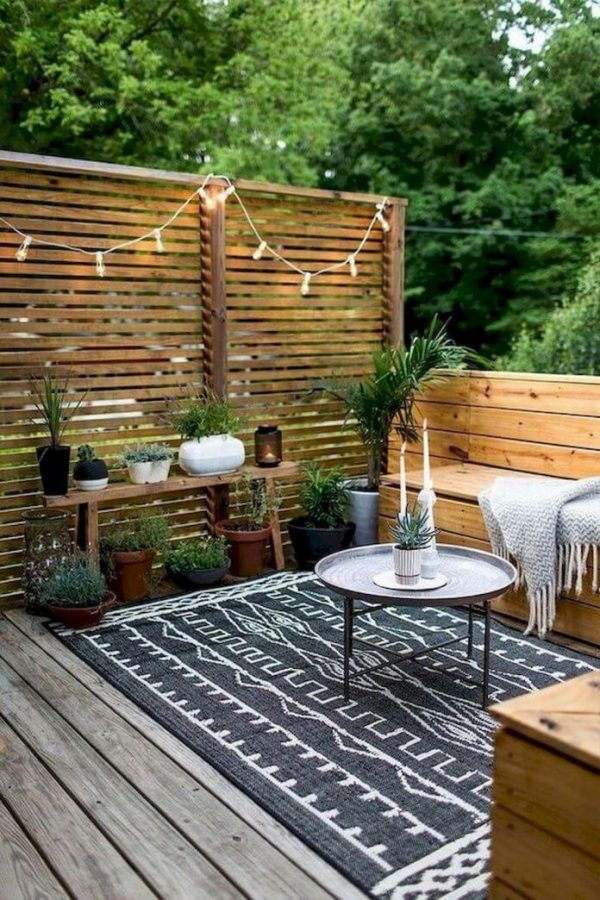 Deck decoration with a Rug and Wooden Screen